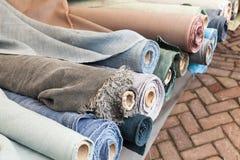 Rolls del panno di tela naturale, fine su Fotografia Stock