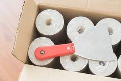 Rolls del papel pintado en la caja Fotos de archivo