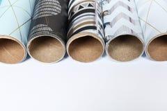Rolls del papel y del espacio festivos de embalaje para el texto en el fondo blanco, primer Empaquetado de la caja de regalo imagenes de archivo