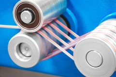 Rolls del tessuto di cotone industriale per la fabbricazione del tessuto del panno dell'abbigliamento sulla macchina fotografie stock libere da diritti