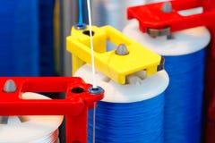 Rolls del tessuto di cotone industriale per la fabbricazione del tessuto del panno dell'abbigliamento sulla macchina fotografie stock
