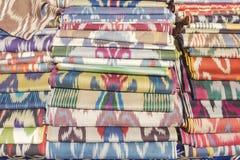 Rolls del tessuto tradizionale dell'Uzbekistan immagini stock libere da diritti