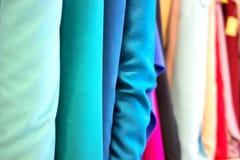 Rolls dell'abbronzatura blu dei tessuti Stalla del mercato del tessuto fotografia stock libera da diritti