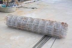Rolls dell'acciaio della rete metallica per messo un mucchio sulla terra Barretta di rinforzo d'acciaio per costruzione di calces fotografie stock libere da diritti