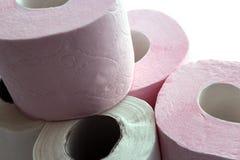Rolls della carta igienica bianca e rosa impilata con uno scorrevole Fotografia Stock