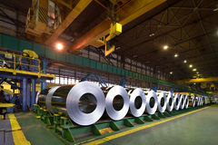 Rolls della lamiera di acciaio dentro della pianta Fotografia Stock Libera da Diritti
