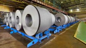 Rolls della lamiera di acciaio dentro della pianta Fotografie Stock Libere da Diritti