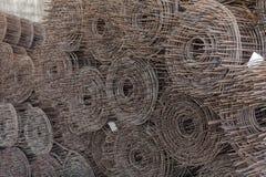 Rolls della rete metallica li ha disposti nello stoccaggio che attendono la disposizione Fotografia Stock