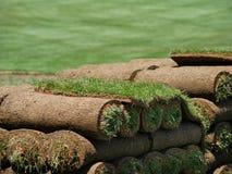 Rolls der Grasscholle auf einem Rasen-Bauernhof Lizenzfreie Stockfotografie