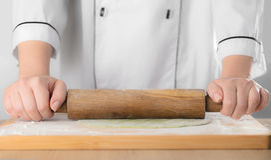 Rolls der Teig ein Nudelholz Lizenzfreies Stockbild