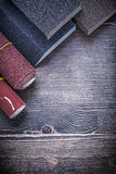 Rolls des éponges de papier à l'émeri sur le panneau en bois de vintage Images libres de droits