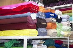 Rolls des Baumwollgewebees im Regal Stockfotos