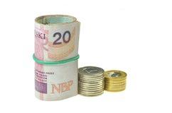 Rolls des billets de banque polonais et des pièces de monnaie d'isolement sur le blanc Photo stock