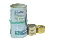 Rolls des billets de banque polonais et des pièces de monnaie d'isolement sur le blanc Image stock