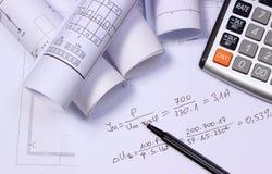 Rolls des diagrammes électriques, de la calculatrice et des calculs mathématiques Images stock