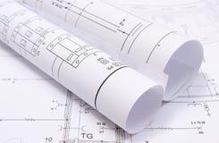 Rolls des diagrammes électriques sur le dessin de construction Photos stock
