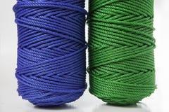 Rolls des grünen und blauen Polyester-Seils Stockfotos