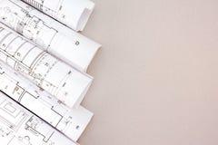 Rolls des modèles architecturaux sur la table Photographie stock libre de droits