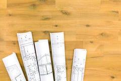 Rolls des modèles architecturaux sur la table en bois Images libres de droits