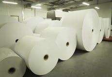 Rolls des Papiers im Druckhaus lizenzfreie stockbilder