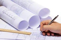 Rolls des plans architecturaux de maison Photo stock