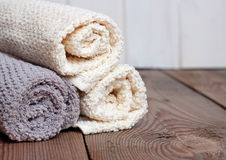 Rolls des serviettes pures sur un en bois Photos libres de droits