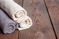 Rolls des serviettes pures sur une table en bois Photographie stock