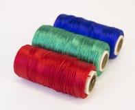Rolls des Threads mit RGB-Farben Stockfotos