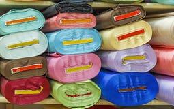 Rolls des tissus colorés images libres de droits