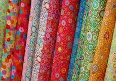 Rolls des tissus imprimés colorés Photos libres de droits