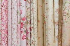 Rolls des tissus imprimés fleuris romatic Images libres de droits