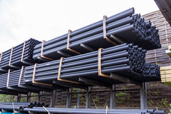 Rolls des tuyaux en plastique dans une cour d'entrepôt Image libre de droits