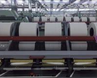 Rolls di cotone filato in una fabbrica del tessuto Fotografia Stock Libera da Diritti