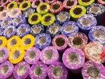 Rolls do papel de envolvimento decorativo de cores diferentes estão na prateleira de loja imagens de stock