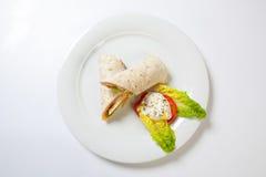 Rolls du pain pita bourré du jambon et des légumes de fromage de salade image libre de droits
