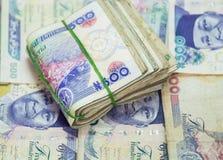 Rolls e os pacotes de naira descontam moedas locais em um montão da pirâmide fotos de stock