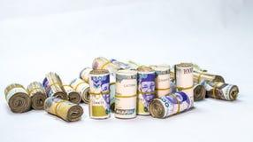 Rolls e os pacotes de naira descontam moedas locais em um montão da pirâmide imagens de stock