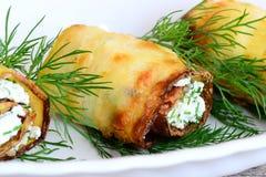 Rolls a fait cuire des bandes de courgette et bourré du fromage blanc et de l'aneth La courgette frite roule sur un plat Images stock