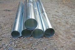 Rolls galvanizou a chapa de aço nas pilhas na terra, prepara-se para a casa do reparo foto de stock