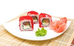 Rolls, jengibre conservado en vinagre y wasabi en una placa blanca Fotos de archivo libres de regalías