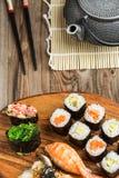 Rolls mit Avocado und Thunfisch, Sushi, gunkan im Satz Stockbild