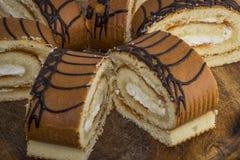 Rolls mit Buttercreme auf einem hölzernen Hintergrund Stockfotos