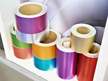 Rolls mit farbiger Folie stockbilder