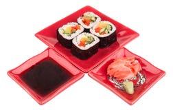 Rolls mit Gemüse auf Platte, Sojabohnenöl sause, Ingwer, Wasabi Stockfotografie