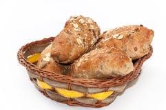 Rolls mit integralem Mehl und Korn in einem Korb Stockfotografie