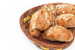 Rolls mit integralem Mehl und Korn in einem Korb Lizenzfreie Stockfotografie