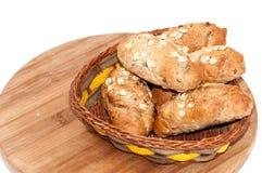 Rolls mit integralem Mehl und Korn in einem Korb Stockbild
