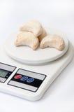 Rolls mit Kokosnuss auf einer Küchenskala Lizenzfreie Stockfotos