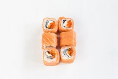 Rolls mit Lachsen und Kaviar Stockfotos