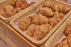 Rolls mit Nüssen im Supermarkt stockfoto